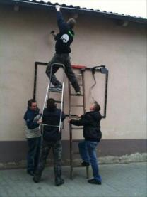 men-holding-ladder-funny-pictures