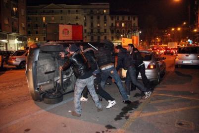 Milano - ragazzo egiziano di 17 anni ucciso a coltellate in via padova - scoppia la rivolta in via padova - Milano - ragazzo egiziano di 17 anni ucciso a coltellate in via padova - scoppia la rivolta in via padova - fotografo: SALERNO